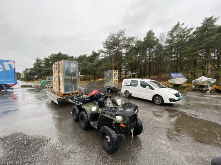Med egen ATV og båt, samt tilgang på helikoptertransport, hjelper vi hytteeiere i hele skjærgården med nye prosjekter.