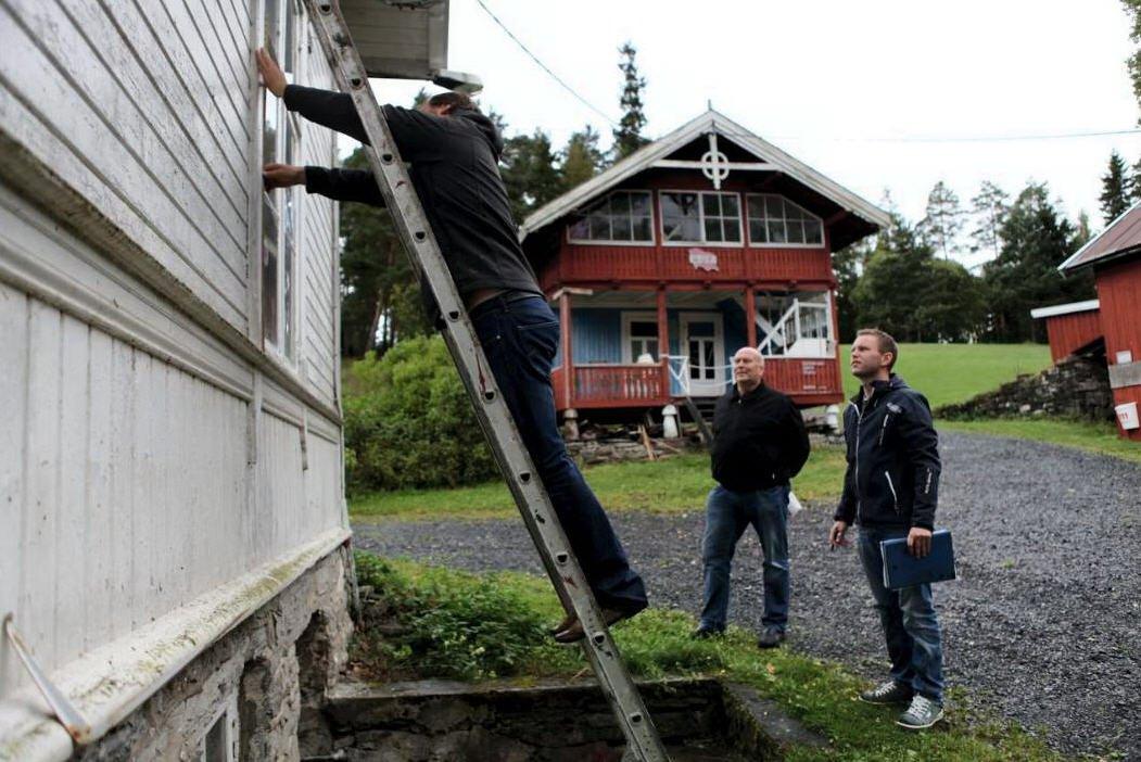 Bjørn Bagstevold på stigen, Ulf Berg og prosjektleder Jørgen W. Frydnes. Foto: Stine Gabrielsen