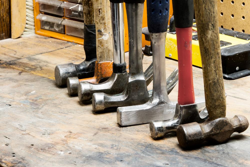 Hva er forskjellen på en byggmester, snekker og servicemann?